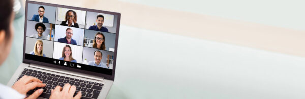 Notebook mit Videokonferenz